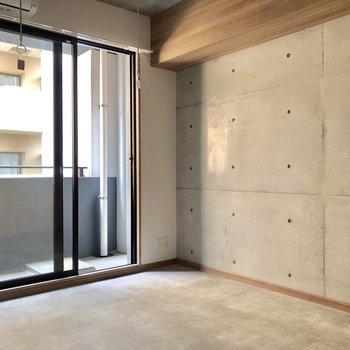 コンクリ打ちっぱなしの壁と、土間を意識した床がかっこいい雰囲気。
