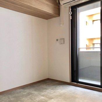 反対側は白い壁でバランスの取れた空間に。