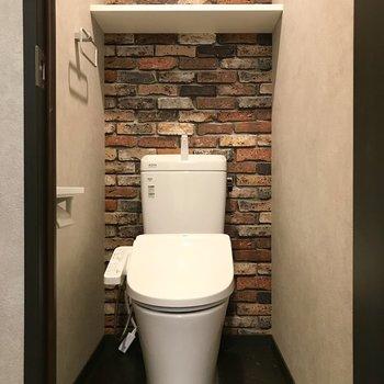 トイレだってレンガ調。ペーパーホルダーは2つ並んでます!