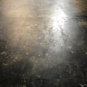 工場や倉庫をイメージした床!かっこいい!