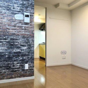 【洋室】レンガ調のクロスがお部屋を彩ります。