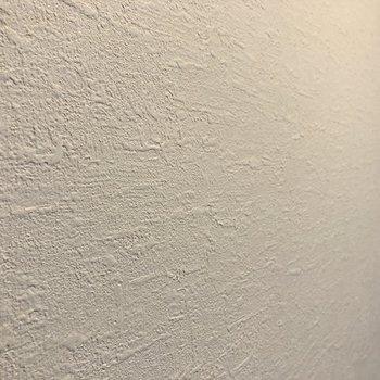 【洋室】壁はザラっとした質感。