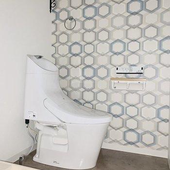トイレが並びます。こちらにもアクセントクロス!