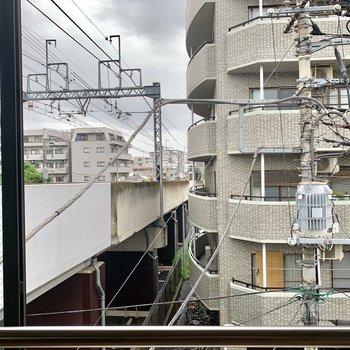 窓の目の前は線路……!