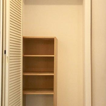 玄関の収納、その中にシューズ棚が。うまく活用してください♪