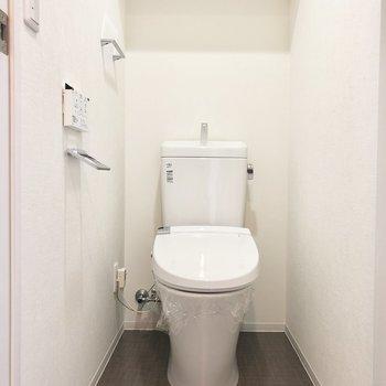 トイレ。上の棚が嬉しい。