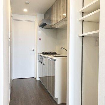 廊下兼キッチンは1人で立って十分な広さです。