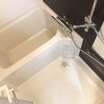 お風呂場はモノトーン。シックな印象です。