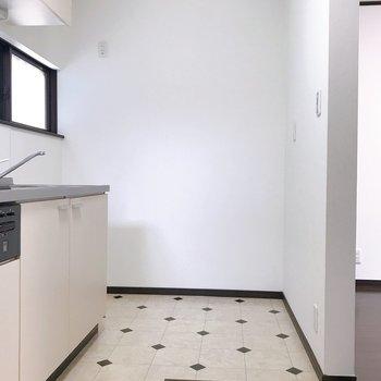奥のスペースには冷蔵庫を。
