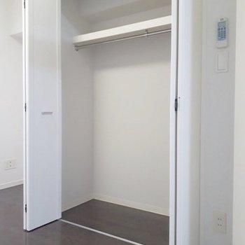 クローゼットは上に棚がついているのが便利ですね。