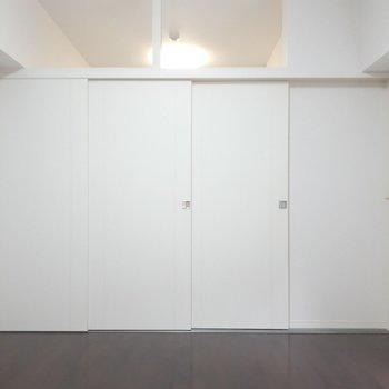 扉を閉めるとこんな感じ。上が窓になっているのが開放的。