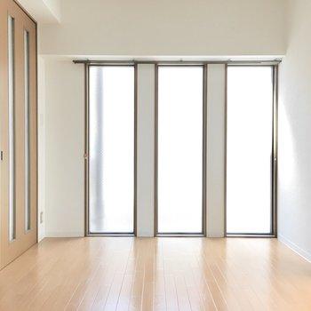 3枚のフィクス窓から明るい光が入ります◎(※写真は9階の同間取り別部屋のものです)