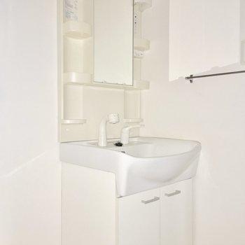 洗面台はシャンプードレッサー。(※写真は9階の同間取り別部屋のものです)