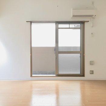 洋室へ。8帖のゆったり空間♪(※写真は9階の同間取り別部屋のものです)