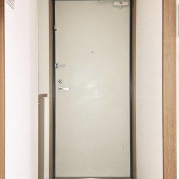 玄関はスッキリと。(※写真は9階の同間取り別部屋のものです)