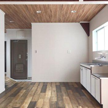 壁側にキッチンなので、お部屋を広く使えます(通電前の写真です)