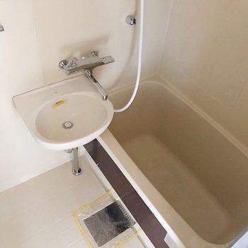 2点ユニットはお手入れラクラク。サーモ水栓で温度調節も簡単です(通電前の写真です)