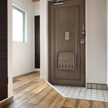 シューズボックスは無いので造りましょう。玄関脇の廊下から寝室へ(通電前の写真です)