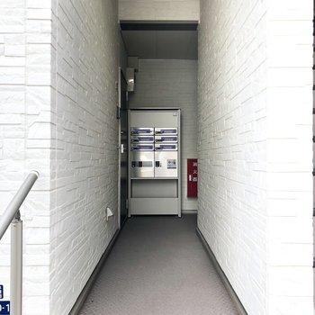 今回のお部屋は1階の左のドアです。