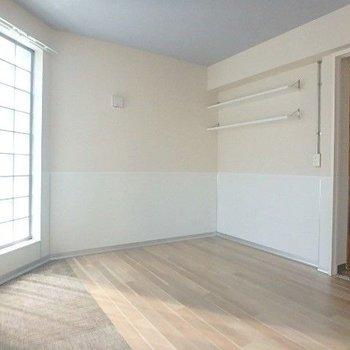 リビングの奥は洋室。ガラスブロックから優しい光が入ります。