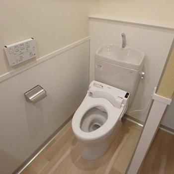 トイレは洗面台と同じ空間に。