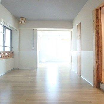 広いリビングは家具の配置もしやすいんです。腰壁が可愛いね!