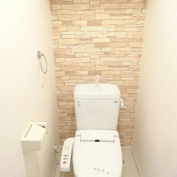 トイレもゆったり。レンガ調のクロスが落ち着くな〜。(※写真は8階の同間取り別部屋のものです)