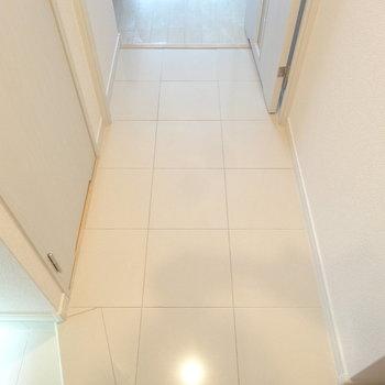 大理石風のつるっとした廊下がホテルみたいで好き。(※写真は8階の同間取り別部屋のものです)