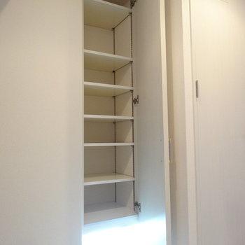 玄関にはシューズBOX。1人暮らしにはちょうどよい大きさ。(※写真は8階の同間取り別部屋のものです)