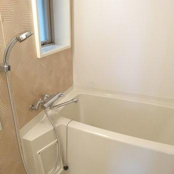 お風呂もキレイ。追い焚き付きですよ〜!(※写真は8階の同間取り別部屋のものです)