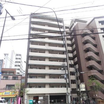 大通り沿いにある綺麗なマンションです。