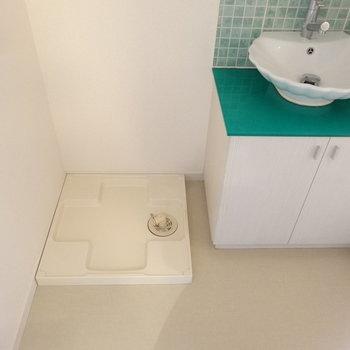 洗面おとなりに洗濯機ですね。(※写真は8階の同間取り別部屋のものです)