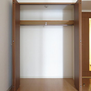リビングには大きなクローゼットが (※写真は3階の反転間取り別部屋のものです)