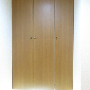 玄関には大きな靴箱にフットライト! (※写真は3階の反転間取り別部屋のものです)