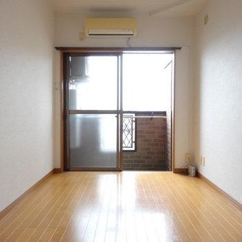 上の階は6.1帖の洋室。エアコン付きも助かります◎