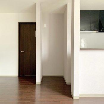 キッチン横には冷蔵庫を置くスペースがしっかり確保されてます。(※写真は清掃前のものです)