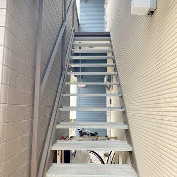 こちらの階段を登ってお部屋へ。登った先は1部屋のみ◎