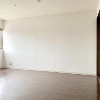 LDK、壁寄せで家具を置きやすい。(※写真は清掃前のものです)