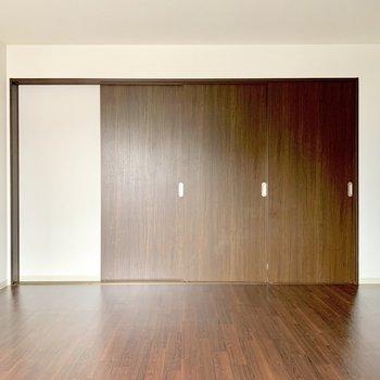 引き戸の奥は洋室になっています。(※写真は清掃前のものです)