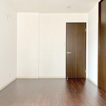 玄関側にある洋室。出入り口が開き戸なので個室感◎(※写真は清掃前のものです)