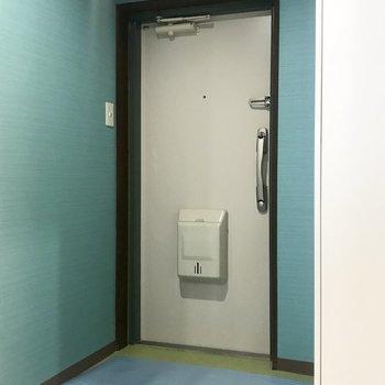 玄関のクロスはラムネ色、素敵すぎる〜!