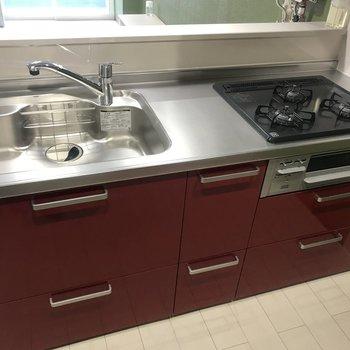 キッチンは見ての通り使いやすそう!キッチンまで赤って可愛すぎやしないか?
