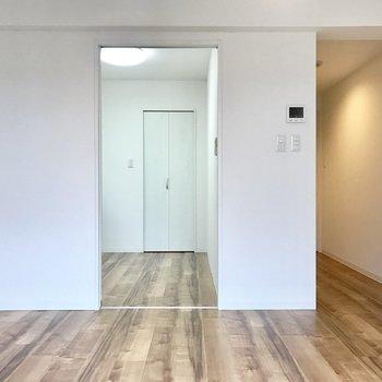 奥扉を開けると向こう側は寝室