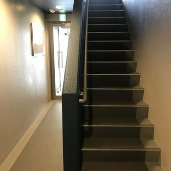 共用部の階段、ここを上ってお部屋へ