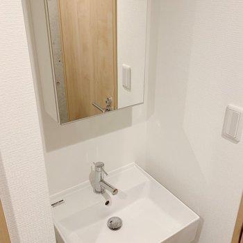 独立洗面台嬉しいですね。※写真は3階の同間取り別部屋のものです