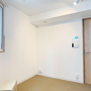 床はカーペットが敷いてあります。※写真は3階の同間取り別部屋のものです
