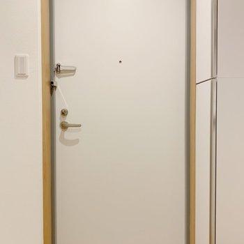 ちょっとクリーム色寄りの白の玄関ドア。可愛いです。※写真は3階の同間取り別部屋のものです