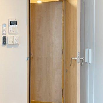 ドアが2枚ついてる。スタジオみたい。※写真は3階の同間取り別部屋のものです