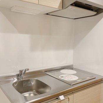 キッチン。2口IH。※写真は3階の同間取り別部屋のものです