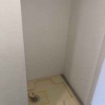 玄関入って右手が洗濯機置場です。